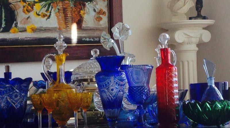 Коллекция стеклянной посуды в галерее Кастуся Качана